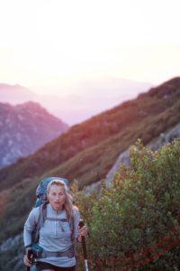 Frau macht Nordic Walking in der Natur
